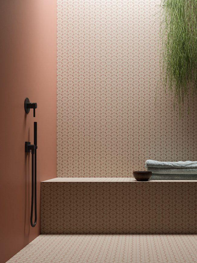 amenagement et decoration d une salle de bain avec une mosaique pour une ambiance terracotta dans un appartement de baillargues