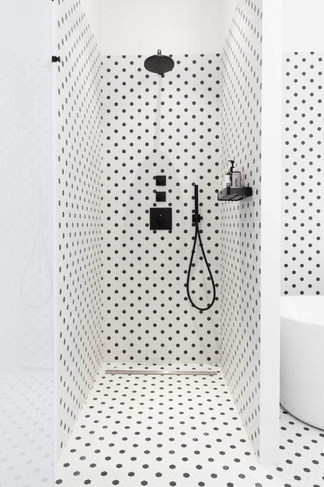 amenagement et decoration d une salle de bain retro avec la mosaique noir et blanc graphique dans une maison moderne de baillargues