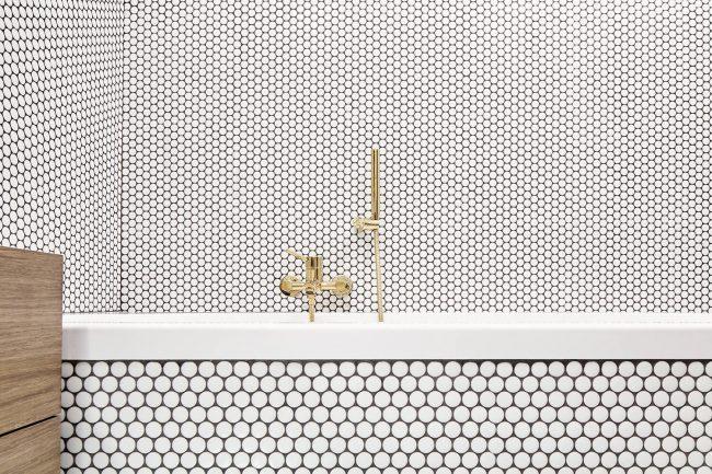 carrelage de la tour ambiance graphique mosaique blanche dans une salle de bain originale dans un appartement de lattes
