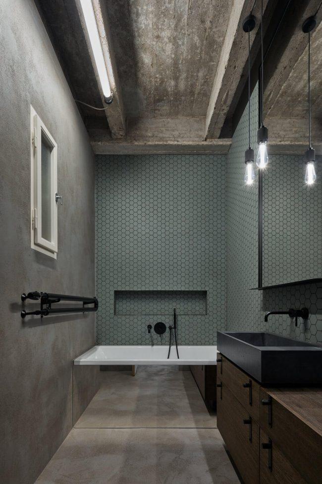 carrelage de la tour amenagement salle de bain avec baignoire style industriel avec mosaique kaki dans un restaurant de saint jean de vedas architecte formafatal photo boysplaynice