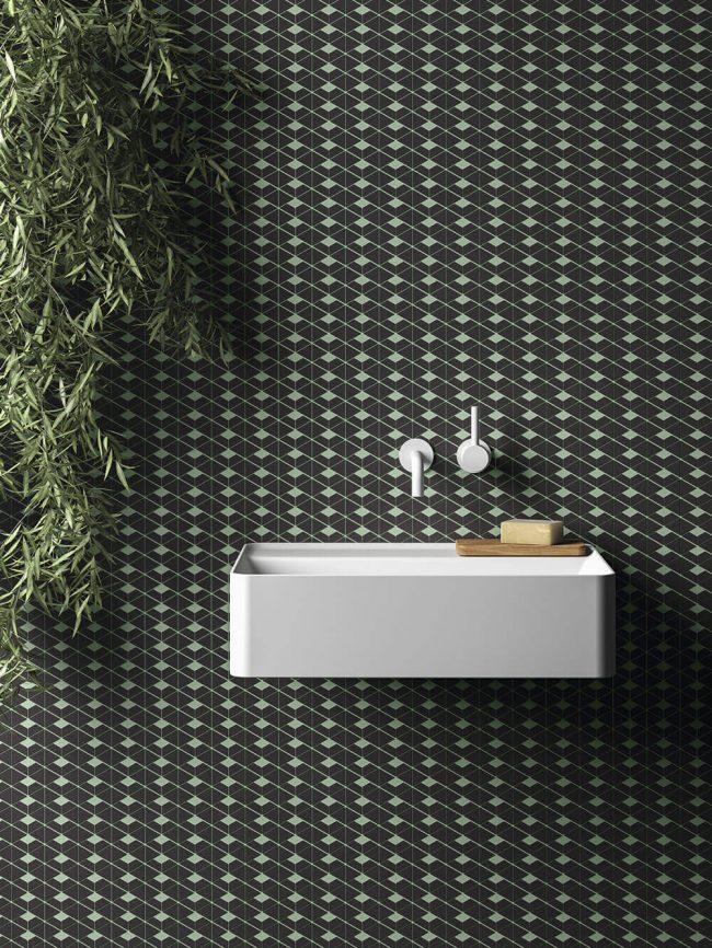 carrelage de la tour mosaique graphique vert noir dans une salle de bain renovee de frontignan