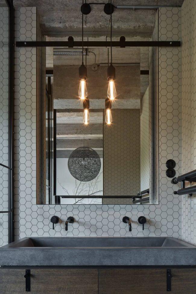 decoration avec de la mosaique hexagonale blanche mate dans une salle de bain industriel a laverune architecte formafatal photo boysplaynice