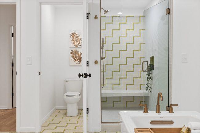 decoration d une salle de bain mosaique dans un souche et au sol pour une renovation d un appartement au centre ville de pignan
