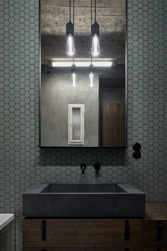 decoration industrielle dans une salle de bain avec une mosaique kaki au mur dans une maison de montpellier architecte formafatal photo boysplaynice