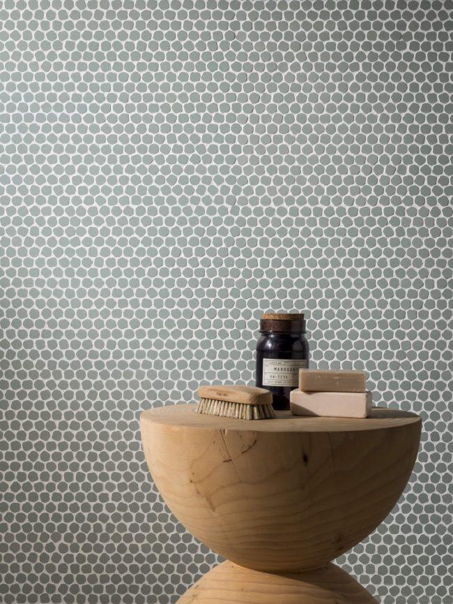 mosaïque originale design sur un mur de salle de bain couleur vert de gris dans un appartement renove de lattes