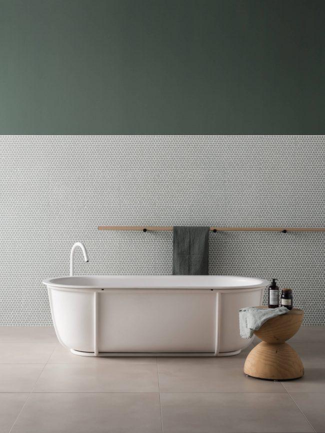 une deocration de salle de bain avec un soubassement en mosaique originale design rond vert de gris pour une maison individuelle de perols
