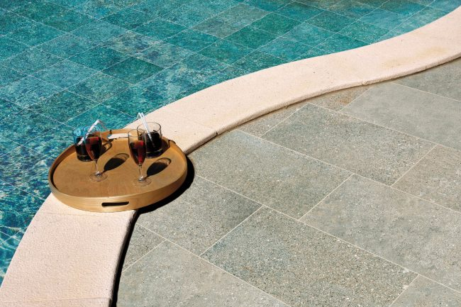 carrelage de la tour amenagement terrasse et piscine carrelage effet pierre dde bali pour un exterieur tendance a sete