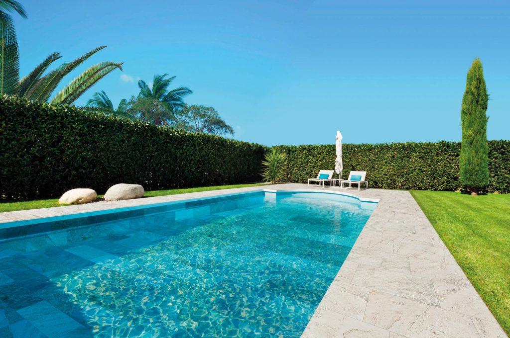 carrelage de la tour amenagement terrasse piscine gres cerame effet pierre de bali dans une villa de sete
