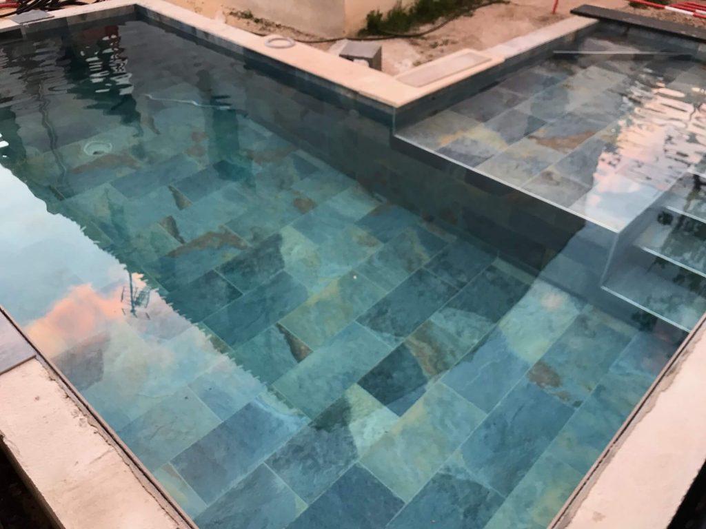 carrelage de la tour réalisation piscine pierre de Bali tendance saint aunes
