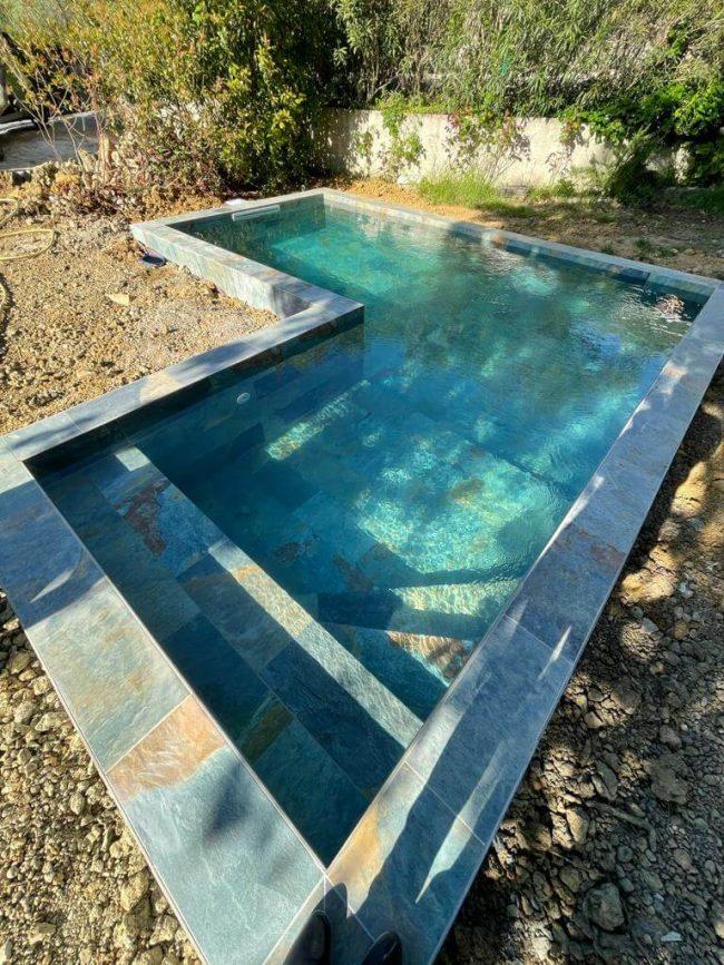 carrelage de la tour réalisation travaux piscine effet pierre de Bali dans une villa de Montpellier