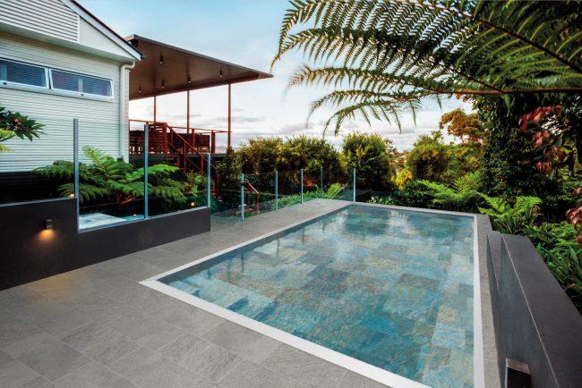 carrelage de la tour amenagement piscine exterieure terasse restaurant a montpellier