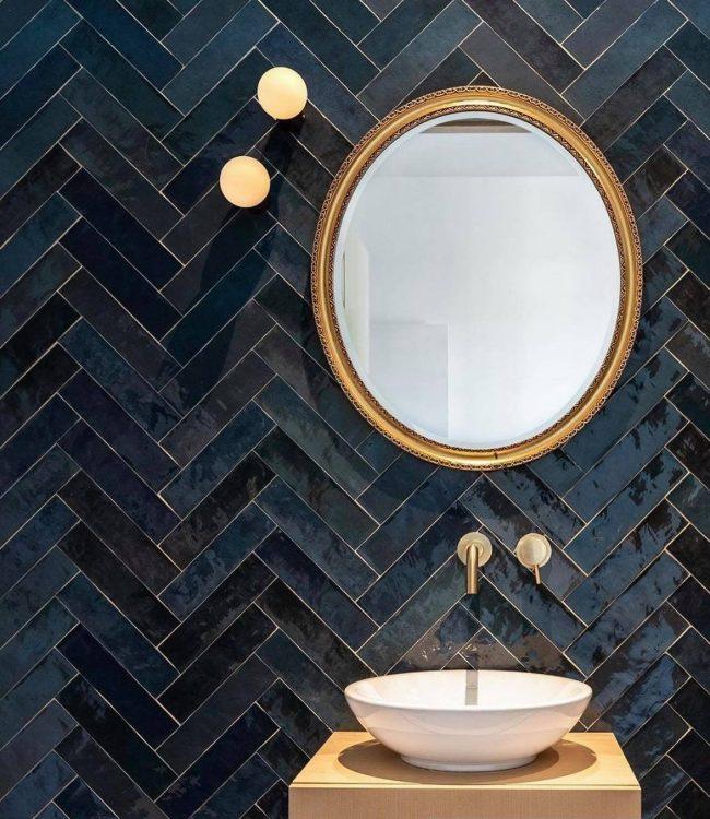 carrelage de la tour mur effet zellige bleu marine batons rompu mur tendance salle de bain montpellier